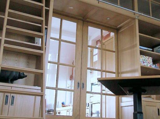 En suite: hoge kamer, eiken deuren ingezet met glas
